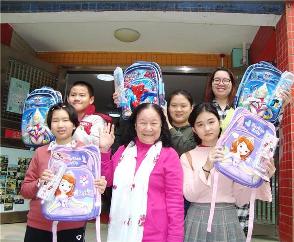 潘丹杭向广州金沙街社区儿童赠送书包文具0